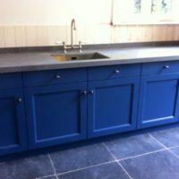 Oud blauwe keuken met betonlook blad