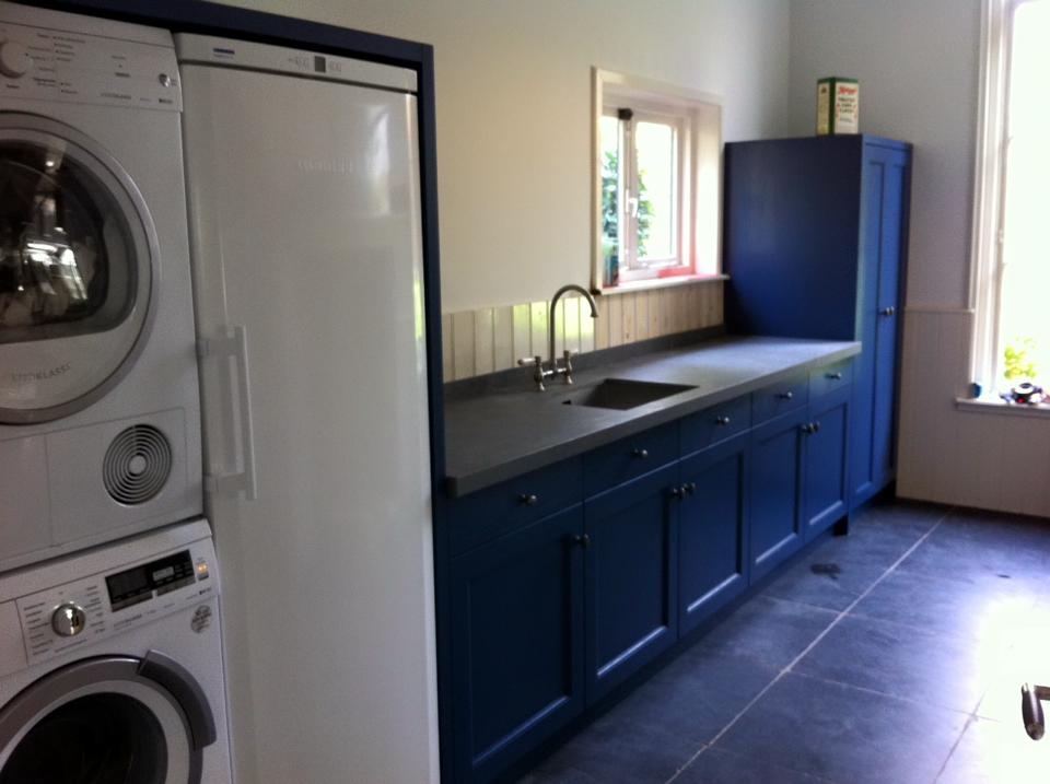 Oud blauwe keuken met betonlook blad - P.J. van der Vegt