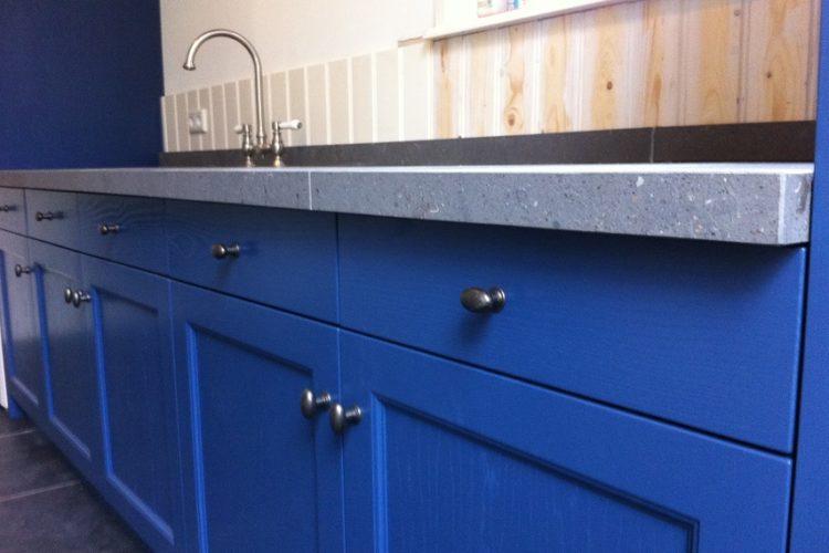 Oud blauwe keuken met betonlook blad p.j. van der vegt