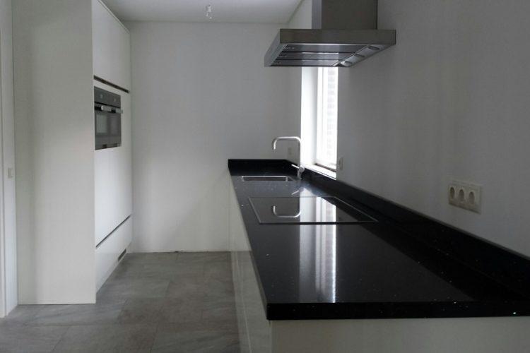 Moderne witte hoogglans keuken - P.J. van der Vegt