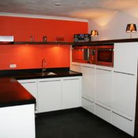 Moderne keuken met rode achterwand