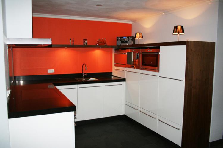Moderne keuken met rode achterwand - P.J. van der Vegt