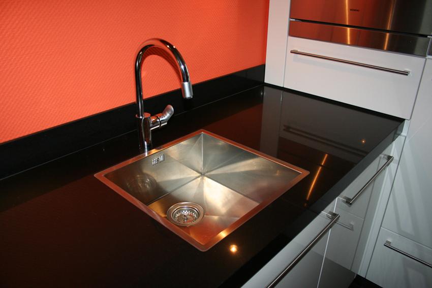 Moderne keuken met rode achterwand p j van der vegt - Keuken met rode baksteen ...