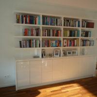 Moderne witte hoogglans boekenkast.
