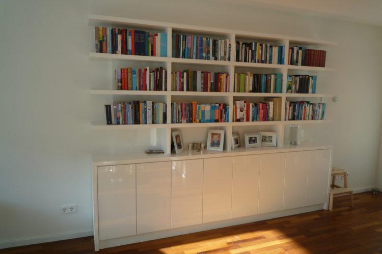 Moderne witte hoogglans boekenkast. - P.J. van der Vegt
